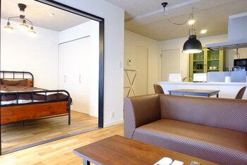リビングと寝室が隣接している場合、来客時にはベッドを隠しておきたいという方も多いのではないでしょうか。  スライドドアを設置すれば、ドアを閉めるだけで見せたくないものをさっと隠すことができます。慌てて片付ける必要がなく便利ですね。
