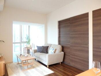 白い空間に、ウッド調のスライドドアが空間のアクセントになっています。床に近い色や素材感を選べば、すっきりとまとまりのある洗練されたインテリアに仕上がりますよ。