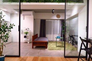 奥行きのある間取りの場合、引き戸で仕切ってしまうと窓からの光が届かない部屋が出てきてしまうことも…  そんなときには、ガラス戸にすれば圧迫感を軽減でき開放感のある空間づくりが叶います。