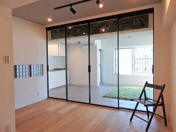 マンションなどでは、間取りによって窓のない部屋ができることもありますね。奥の部屋をできるだけ暗くしたくない、という場合は、こちらのお宅のようにシースルーのスライドドアを取り入れるのがおすすめです。