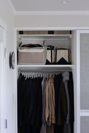 スライドドアのレールにほこりが溜まりやすい…などの心配があるなら、「吊り戸」にするアイデアも。通常のスライドドアよりもコストはかかりますが、床に窪みができないため見た目もすっきりと美しく仕上がります。