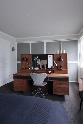 クローゼットの扉にも、スライドドアを。前後に場所を取らないので、寝室など限られた空間にも取り入れやすいのではないでしょうか。