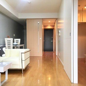 スライドドアは、間仕切りや目隠しなど、用途に合わせてお部屋を変えられるのがメリットです。あなたもぜひ、住まいづくりの参考にしてみてはいかがでしょうか。