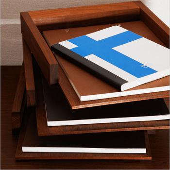 垢材を贅沢に使用した3段トレイは、書類を収納するのにぴったりです。360度回転するので下段も取り出しやすく実用的。使い込むほどに風合いが増していきます。