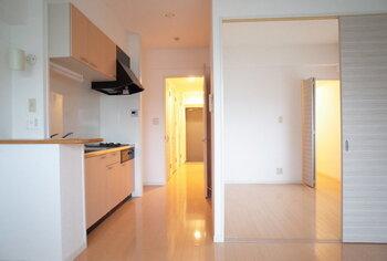 スライドドアを間仕切りとして使うアイデアも人気。その日の気分やシーンによって大空間にすることも、個室をつくることもできます。