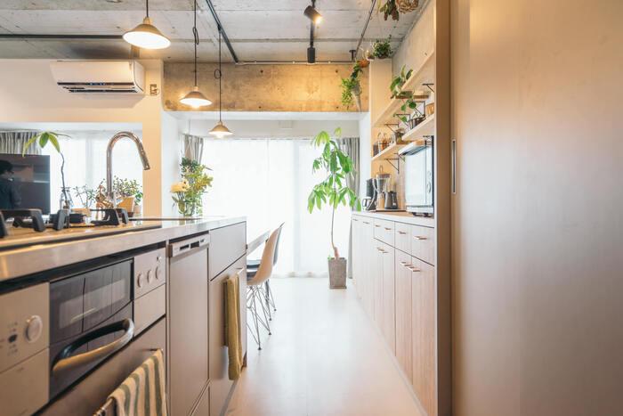 スライドドアは、見せたくないものを隠すのにも便利。キッチンの一部など生活感の出やすい場所を、来客時だけ隠したいという場合もあるのでは?こちらのお宅では、食器類などを収納する棚にスライドドアを取り付けて壁のように見せています。