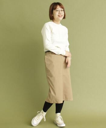 着心地よく合わせやすい、ストレッチの効いたタイトスカート。カジュアルなアイテムと合わせても、程よく女性らしいシルエットに。これからの季節はニットやタイツと合わせたいですね♪