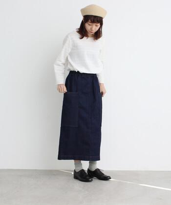 もう少しカジュアルな着こなしを楽しみたいなら、デニム素材のタイトスカートを。長めの丈感なので、オーバーサイズのトップスとの相性も◎