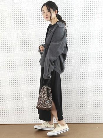 トレンドのシルエットを作る、オーバーサイズのデニムジャケット。メンズライクなデザインでも、ゆったりと着てあげるとふんわり柔らかく。
