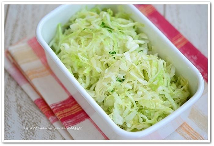 手頃な野菜の代表格といえばキャベツ。さまざまな料理に使えて便利ですが、毎回千切りするのってちょっと手間ですよね。塩もみキャベツなら4~5日ほど美味しさキープしながら冷蔵保存できる上に、すぐ使えて便利です。塩は控えめで大丈夫。サラダからおかずまで幅広く使うことができます!