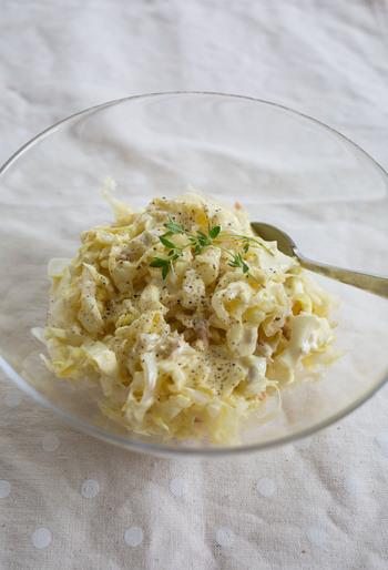 手軽な一品が欲しいなら、こちらのサラダをどうぞ。塩もみキャベツをストックしておけば、後はツナと混ぜてドレッシングをかけるだけ!大人も子どももカレーマヨ味でヤミツキに。