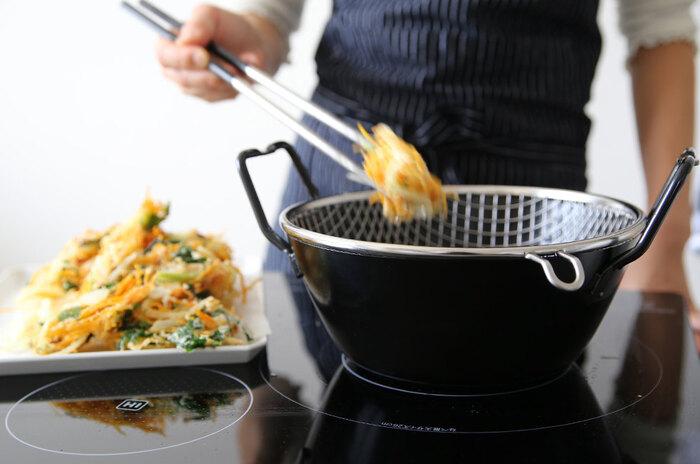 市販の天ぷら粉は、小麦粉にでん粉やベーキングパウダー、卵黄粉や卵白粉が配合されています。 でん粉は天ぷらをヘタらせてしまうグルテンの形成を抑え、ベーキングパウダーは炭酸ガスを発生させてカラっとした衣を作ります。抜群の食感が出るように工夫されているんですね。
