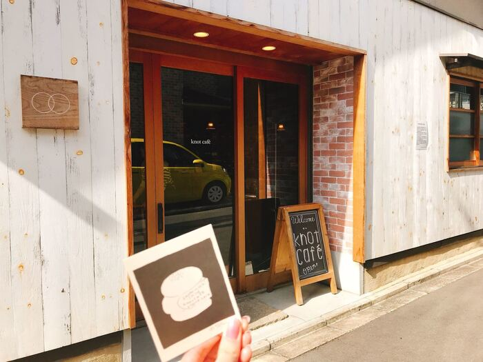 「ノットカフェ」は北野天満宮からほど近い所にあり、比較的新しく2015年にオープンしたお店。古民家を改装した店内はウッディ調で、くつろぎの空間となっています。観光の休憩や小腹が空いた時などに、ぜひ食べたい一品です。