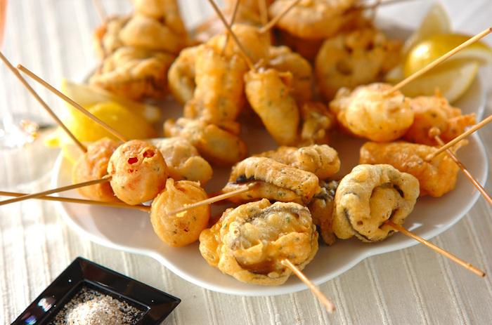 レンコン、長芋、トマトなどバリエーションが楽しい多彩な野菜揚げ。小麦粉に片栗粉を混ぜた衣に、粉チーズ・マヨネーズ・パセリを加えて風味UP。