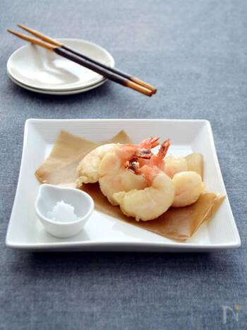 水分が出てもったりしがちなエビの天ぷら。炭酸水を使えば衣が軽くなってプリッとしたエビの食感を堪能できますね。
