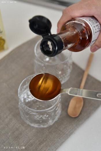 酢は、衣が余分な油を吸収するのを防ぐ働きがあります。衣の水分を飛ばしてくれるので、少量加えるとカラッと仕上がります。