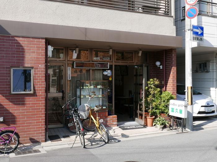 「グリル富久屋」は1907年創業の老舗洋食店で、京都の花街である宮川町にあり、舞妓さんや芸妓さんたちも御用達なんだそうです。店内には所狭しと舞妓さんたちの団扇が飾られていますよ。そんな舞妓さんでも食べやすいようなサイズ感にしてくれているのも嬉しいポイントですね。