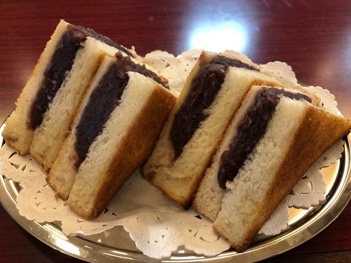 見た目にも珍しいこちらで人気の「あんバターサンド」。餡子が端から端までびっしり詰まっているので、手で持った時には重みがしっかりと感じられる一品。餡の甘味だけでなくバターの塩気やパンの香ばしさがあり、パンとの相性も文句なしです。ずっしりとしている分、食べ応えも抜群で満足感もありますよ。