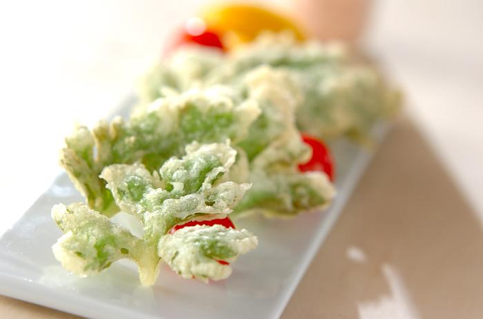 こちらのレシピではオリーブオイルのほか、ベーキングパウダーやコーンスターチも衣に入っています。シンプルなセロリの葉の天ぷらですが、衣もこだわりがあって美味しそうです♪