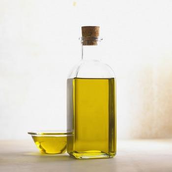オリーブオイルも衣の水分を蒸発させてくれるという働きはマヨネーズ同様。また、水を混ぜる前に小麦粉を油でコーティングするとグルテンを形成しにくくするそうです。食材に衣が絡みやすくもなります。