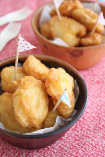 お好み焼き粉やたこ焼き粉も天ぷら粉として代用できます。出汁が入っている分、いつもとは違う美味しさになりそうですね。 こちらのレシピは「たらのフリッター」にホットケーキミックスを使っています。