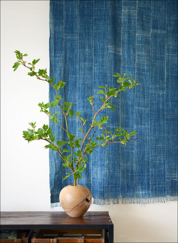 タペストリーのように壁に飾るのもおすすめの方法。グリーンなどを飾ると、さらにお互いが引き立ちます。