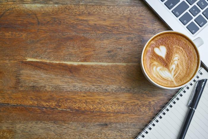 長時間だらだらと考えるよりも、小休止と集中を繰り返すことで、ストレスも軽減され、体の負担も軽くなります。休憩中には、香りのよいコーヒーなどでリラックスするのもいいですね。