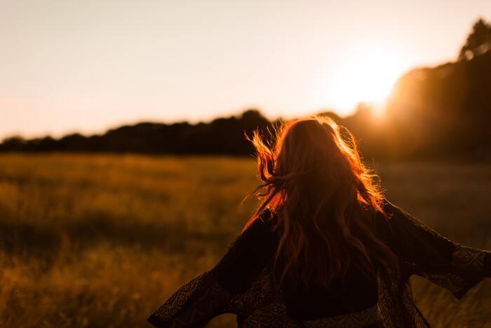 熱くなれるものを見つけるための入り口はとてもシンプルなものです。まずはやると決めましょう。そして行動に移しましょう。一歩踏み出してしまえば、「自分とは違う」と愚痴のように呟いていた時の自分より、きっと素敵に輝いているはずです。