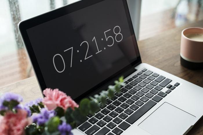 人は午前中の方が集中力が高いと言われています。たっぷり眠った後は、頭の回転も速くなるので、同じ処理を行っても、夕方よりも効率的に作業していくことができるはずです。じっくり考える必要のある作業は、午前中にもってくるといいでしょう。