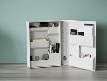 生活感を出したくない場所には、ファイル風の文房具ボックスを使う手も。 電卓やメモ帳など大きめのものから、消しゴムなど小さいものまで、きちんと収めることができます。  家計簿などに使うものをまとめておけば、そのまま持ち運べて便利ですね。