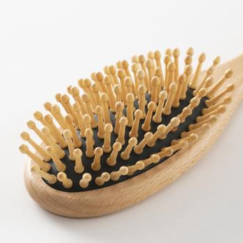竹のピンでありながら、弾力のあるゴム台座のおかげでクッションもあります。ピン先の大きな球は、地肌をしっかり刺激するのに最適。ブラシとしてはもちろん、マッサージアイテムとしても重宝しそうですね。