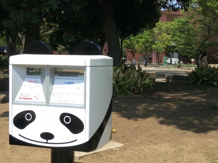 「上野公園」の位置関係が分からなくなったら、『パンダ模様の郵便ポスト』が目印です。  【『パンダ模様の郵便ポスト』に投函された郵便物には、上野公園ならではの風景やパンダが描かれた消印を押して貰える。来園記念に利用する人も多い。画像奥の建物は「東京都美術館」】