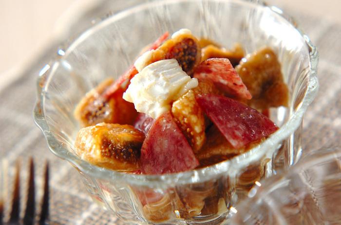 フルーティーな果実酒に合う、いちじくのおしゃれ和え。ハチミツで和えるので、デザート感覚で食べられます。サラミとカマンベールチーズの濃厚な味がおつまみに最適です。