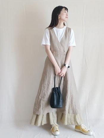 インナーによって、印象が変わるジャンパースカート。白TをINすれば軽やかに着こなせます。モデルさんは、ロングスカートをレイヤードして表情豊かにコーディネート。