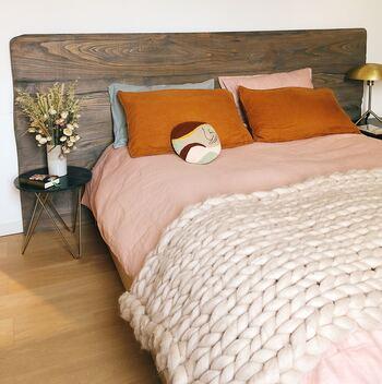 優しげくすみピンクのカバーには、ビンテージ感あふれるテラコッタのピローと、レトロなデザインのかわいいクッションを重ねてコーディネート。