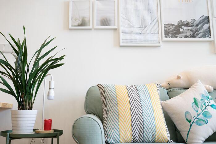 綺麗なグリーンのソファには、同系色の植物が描かれたクッションと、同じカラーが柄として使われているクッションを組み合わせて。スタイリッシュになりすぎず、カジュアルな雰囲気が加わりくつろぎやすい雰囲気も自然とアップします。