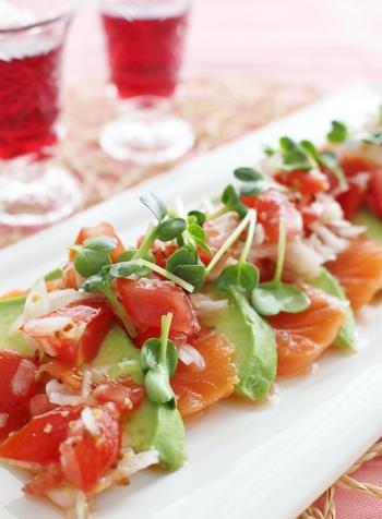 スライスしたサーモンとアボカドに、トマトと玉ねぎを合わせたカルパッチョ。濃厚なサーモンとアボカドには、さっぱりしたスパークリングがよく合います。