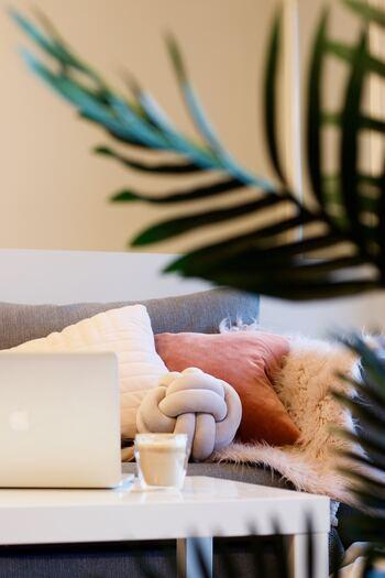 ホワイト~ピンクのグラデーションをクッションでも用いて、お部屋にほんわかくつろげる雰囲気をプラス。季節感に合わせたもふもふな素材感のクッションも◎。