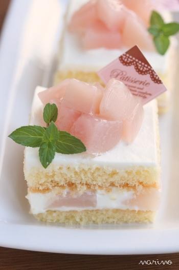 ショートケーキ=いちごのイメージが強いですが、桃でもおいしく出来ます。桃のコンポートを使って作るレシピで、きれいなピンク色がかわいいですね♪ロールケーキを作るときのように、生地を天板で焼いて重ねたら、お店のような四角形のケーキに大変身!特別な日に作りたいスイーツです。