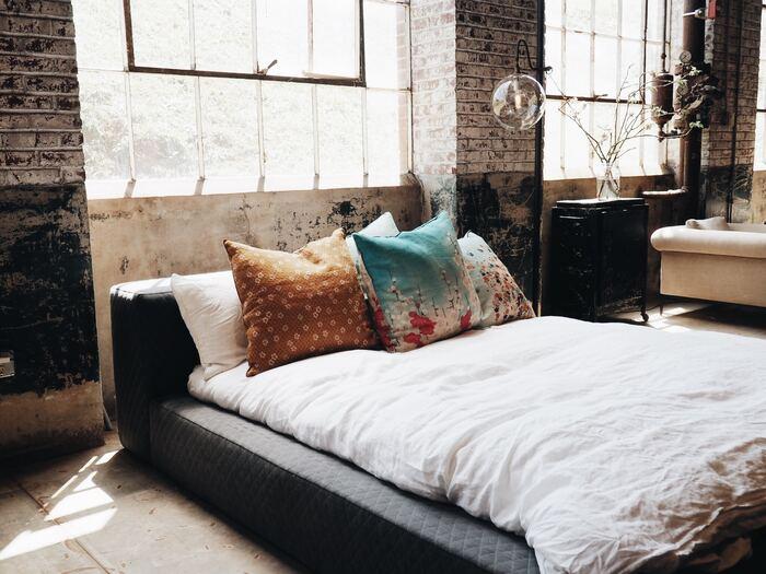 黒いベッドに白いカバーとピロー。これだけだとモノトーンの味気ないベッドルームになってしまいがちですが、ここに個性が光る和風なクッションをいくつも並べてみると、意外なほどにマッチします。引き締まった印象のベッドルームに♪