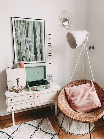 まるで揺りかごのような一人がけソファ。ピンクのクッションを1つ置くだけで空間に愛らしい空気感がプラスされます。