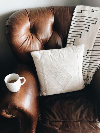 ブラウンの革張りソファには、白いクッションで「ほっこり感」をプラス。つい長居してしまいそう。