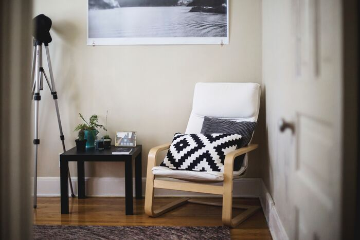 白×木目の一人がけソファは、テーブルと同色のモノトーンクッションで決まり。コントラストが心地よいアクセントになります。