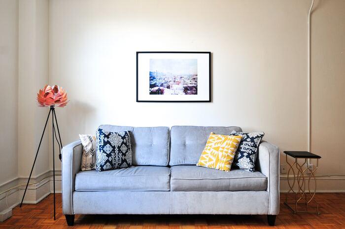 モードな空間のお部屋には、タイプの違う柄のクッションをちりばめてみましょう。それぞれ柄は異なっても色がリンクしていると自然とまとまり感が生まれます。