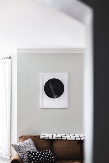 スッキリとしたお部屋にブラウンのソファーが配されたとっても大人っぽい空間に、白いフレームのアートピースを飾ってアートな雰囲気に。さらに、手描き調のプリントクッションを柄&形違いで並べて遊び心を加えましょう。