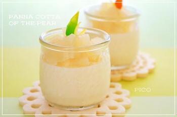 梨のコンポートをトッピングしたパンナコッタ。梨の味わいや食感がそのまま感じられる、旬の秋にぴったりのレシピです。お手軽に作れるパンナコッタは、スイーツ作り初心者さんでも挑戦しやすいですね。