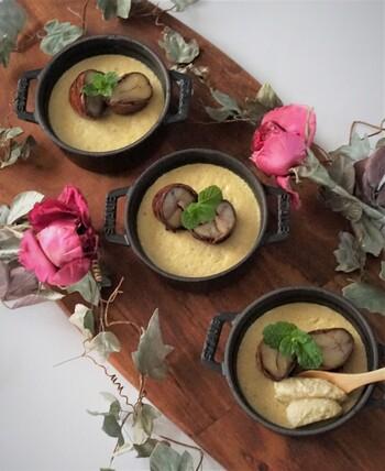 栗を入れて作るマロンプリン。栗の風味が贅沢に感じられる、しっかりめの食感です。トッピングには、ミントと渋皮煮を使用。生クリームをのせてもおいしそう…♪手軽に作れるので、余った栗を消費したいときにも便利です。