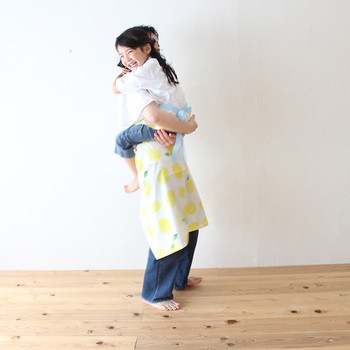 本を読み進めると、ほのぼのとしたさきちゃんとお母さんの会話に、「幸せそうだな」と感じます。  それは本当に普通の母娘の生活で、特別なことは一つとしてありません。しかし「枝豆のさやを、ハサミで切るのが好きなさきちゃん」や、「洗濯物を干すときに、変な歌を口ずさむお母さん」が描かれたこの物語は、日常のワンシーンがとても愛しく感じられ、安らぎを与えてくれます。  きっとあなたの生活の中にも、何気ない日常の中で写真を撮りたくなるような愛しいワンシーンが必ずあるはずです。