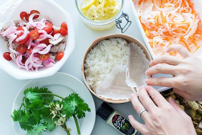 酢の物など汁気のある副菜は「おかずカップ」に入れると◎。汁漏れを防ぐことができるのはもちろん、見た目も綺麗に盛り付けることができます。