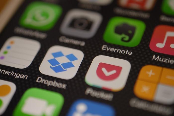 DropboxやEvernoteなどのクラウドサービスを利用すると、端末を圧迫することなく、たくさんの資料をいつでも使うことができるようになります。仕事だけではなく、学校や幼稚園などのお手紙などもこうしたツールを使って管理すると後から見返すときにも便利です。